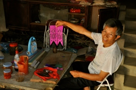 Man paper cutting in his home in Bac Ha